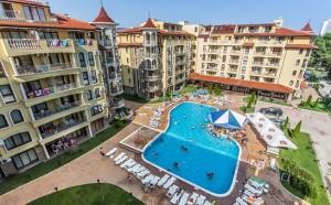zwembad en appartementen