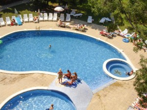 Zwembad bij hotel Jupiter
