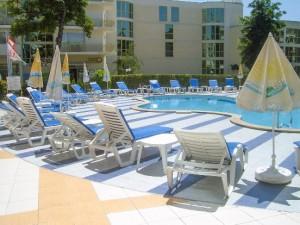Aan het zwembad van hotel